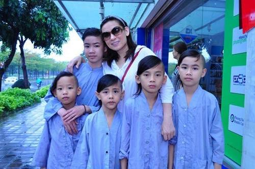 Nhận con nuôi, sao Việt độc thân lên chức bố, chức mẹ 8