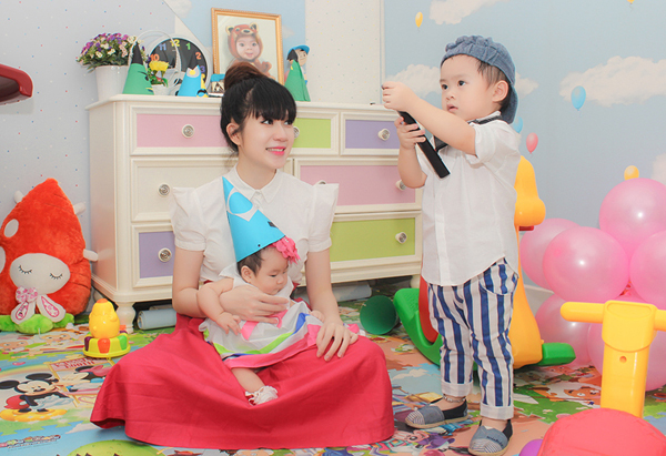 Con trai Lý Hải đòi hôn bạn gái cùng lớp trong sinh nhật 2 tuổi 7
