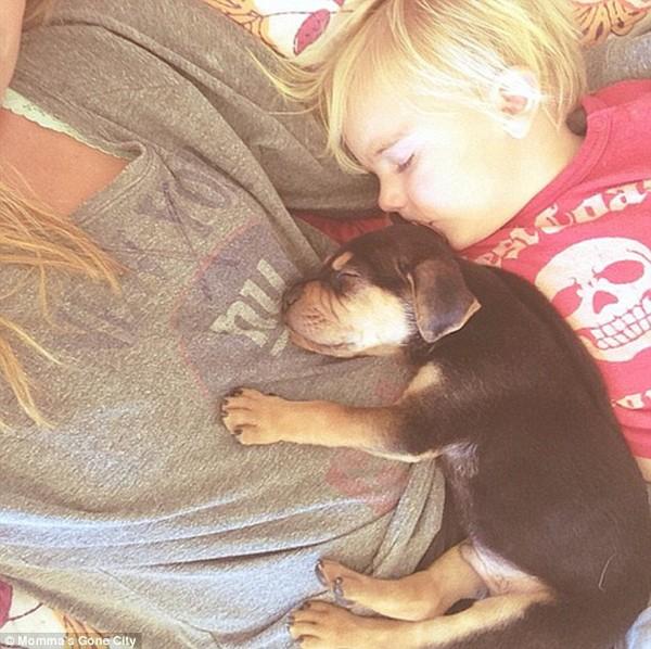 Chùm ảnh siêu dễ thương khi bé ngủ cùng cún con 1