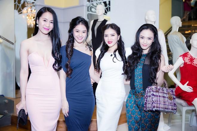 Minh Hằng váy hở táo bạo đi dự tiệc cuối năm của Lý Nhã Kỳ 7