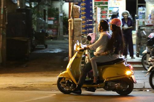Hương Giang Idol và bạn trai đút cho nhau ăn ở quán vỉa hè 3