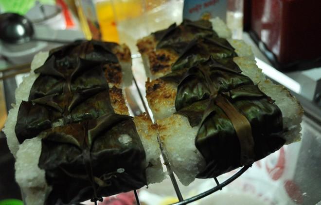 Bánh căn, chè chuối nướng ngon lạ ở vỉa hè Nguyễn Như Đổ 6