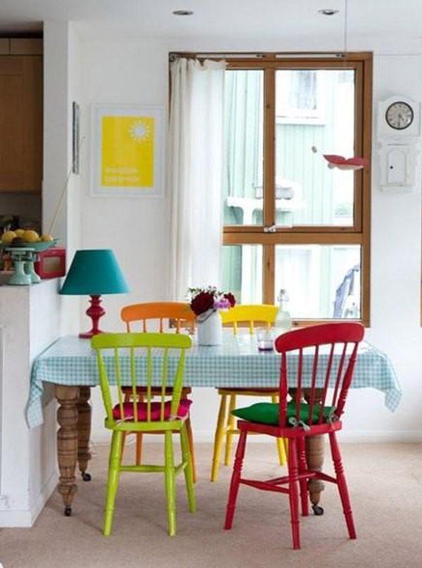 Nhà nổi bật nhờ những chiếc ghế màu sắc... cọc cạch 1