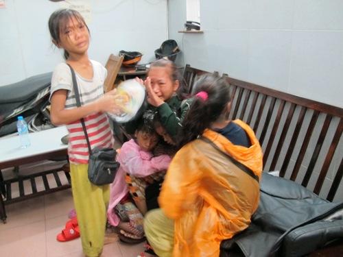 Hai thiếu nữ 18 tuổi chăn dắt trẻ em ăn xin 8