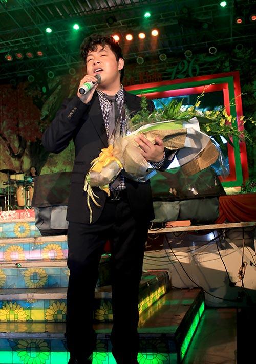 Quang Lê tặng fan nữ một nụ hôn ngọt ngào trên sân khấu 6