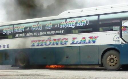 Kinh hãi xe khách giường nằm bốc cháy, QL1A tắc nghẽn nghiêm trọng 2
