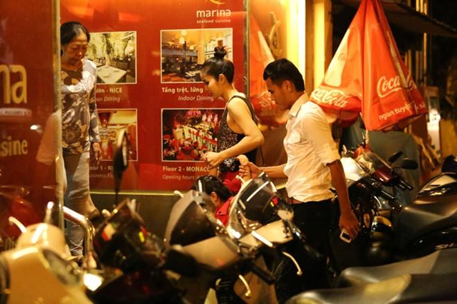 Phan Thanh Bình đưa vợ đẹp, con xinh đi chơi khuya 1