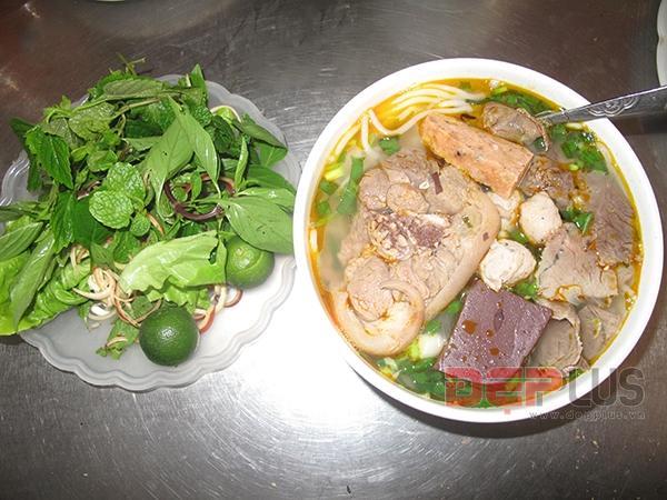 Ăn đồ Huế bình dân phố Nguyễn Phong Sắc 1