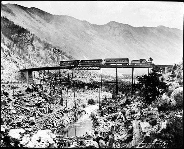 """Các tuyến đường sắt đẹp """"hiểm trở đến thót tim"""" trên thế giới 7"""