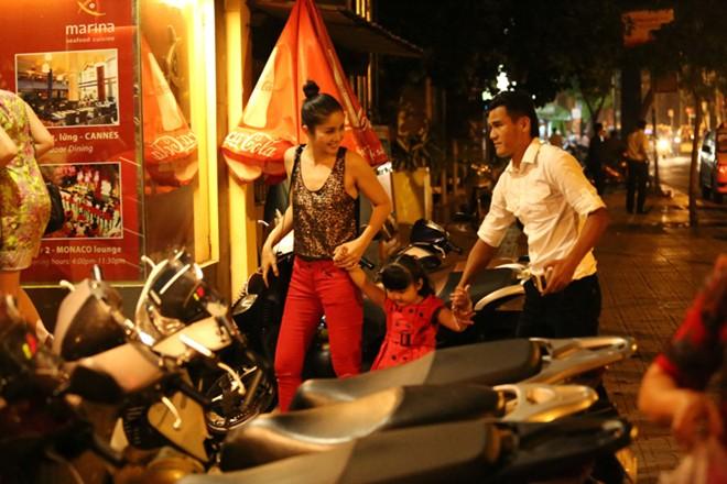 Phan Thanh Bình đưa vợ đẹp, con xinh đi chơi khuya 2