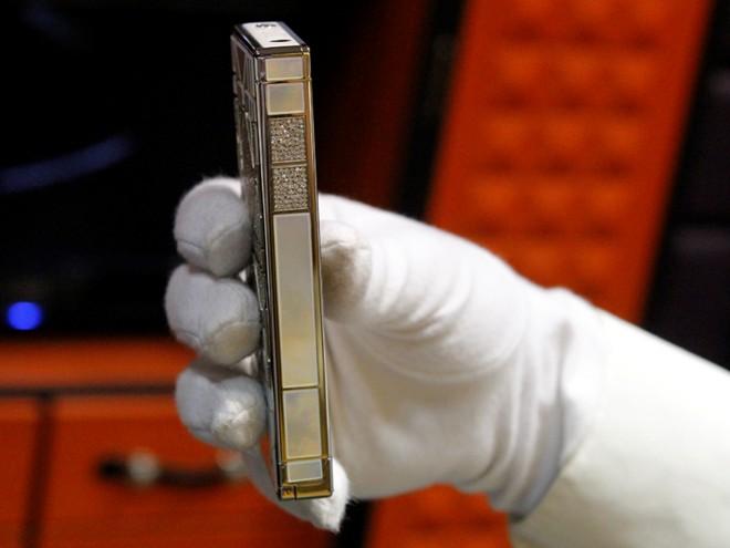 Cận cảnh điện thoại dát kim cương giá hơn 3 tỷ đồng tại Hà Nội 2