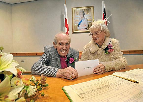 Gần 100 tuổi vẫn kết hôn vì trúng tiếng sét ái tình 2