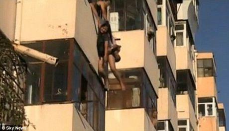 Nghẹt thở chứng kiến cảnh giải cứu cô gái đòi nhảy lầu tự tử 2