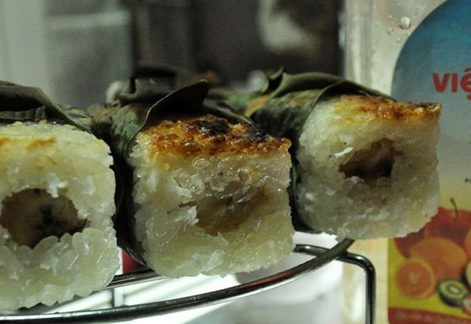 Bánh căn, chè chuối nướng ngon lạ ở vỉa hè Nguyễn Như Đổ 8