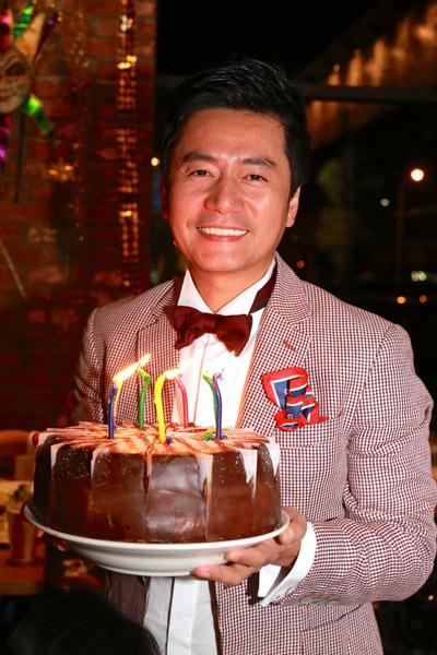 Vợ Trương Minh Cường khệ nệ bầu 9 tháng mừng sinh nhật chồng 1