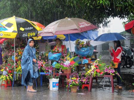 Đội mưa, vượt lũ, mua hoa cho người thương 18