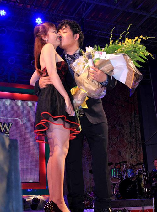 Quang Lê tặng fan nữ một nụ hôn ngọt ngào trên sân khấu 3