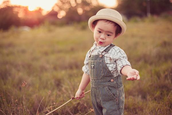 Con trai Lý Hải sành điệu tung tăng trên đồng cỏ 6