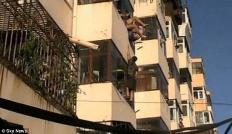 Nghẹt thở chứng kiến cảnh giải cứu cô gái đòi nhảy lầu tự tử 7
