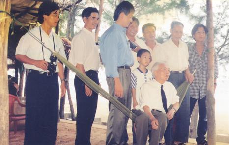 Đại tướng Võ Nguyên Giáp với những người dân quê nhà 3