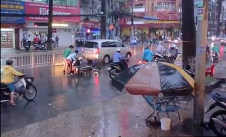 Hoảng hốt với clip té xe hàng loạt trên đường phố Sài Gòn 5