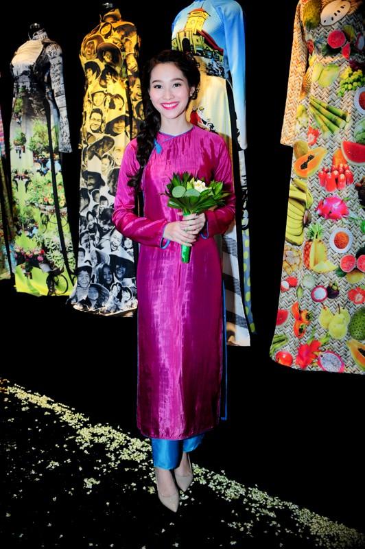 Em chồng xinh đẹp của Hà Tăng theo bố mẹ đi tiệc 16