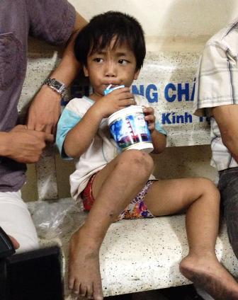 Tìm thấy cháu bé 3 tuổi bị ép đi ăn xin, bạo hành 3