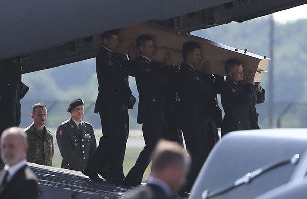 Tình tiết mới nhất: Thi thể nạn nhân MH17 được đưa tới căn cứ quân sự 4