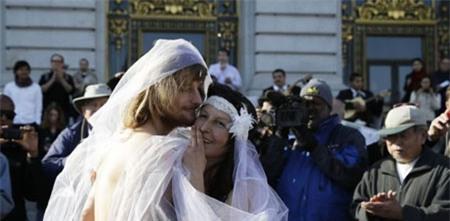 """Bị bắt sau khi """"trần truồng"""" làm đám cưới 2"""