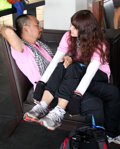 Bạn gái dễ thương ôm Tiến Đạt ngủ ngon lành trên ghế 2