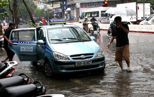 Đường phố Hà Nội ngập nước do bão số 5 8