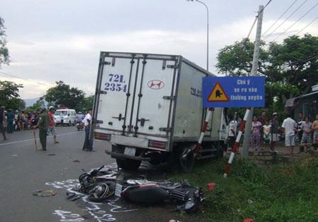 Xe đông lạnh tông 2 xe máy, 6 người chết 3