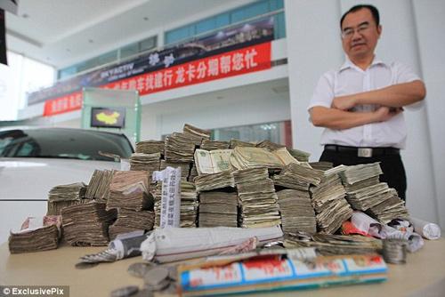 Mua ô tô 600 triệu trả bằng 10 thùng carton… tiền lẻ 2