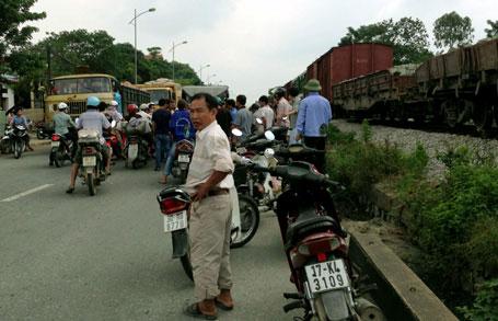 Hà Nội: Băng qua đường sắt, 2 người bị tàu tông nguy kịch 2