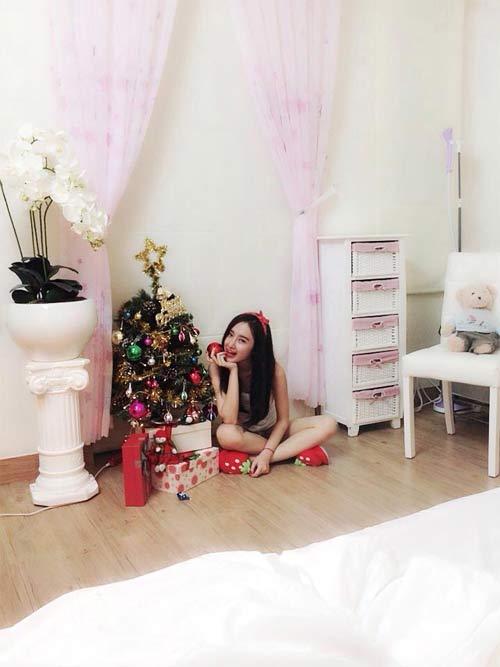 Angela Phương Trinh nhí nhảnh bên cây thông Noel 4
