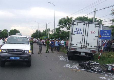 Xe đông lạnh tông 2 xe máy, 6 người chết 5