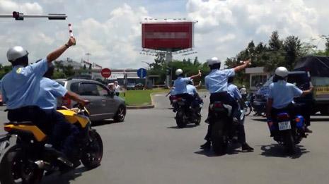 """Dàn xe """"khủng"""" hộ tống Nick Vujicic bị bắt giữ 1"""