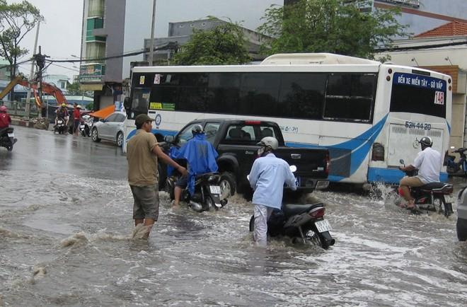 Dịch vụ 'cõng' xe hốt bạc triệu ngày đường ngập 7