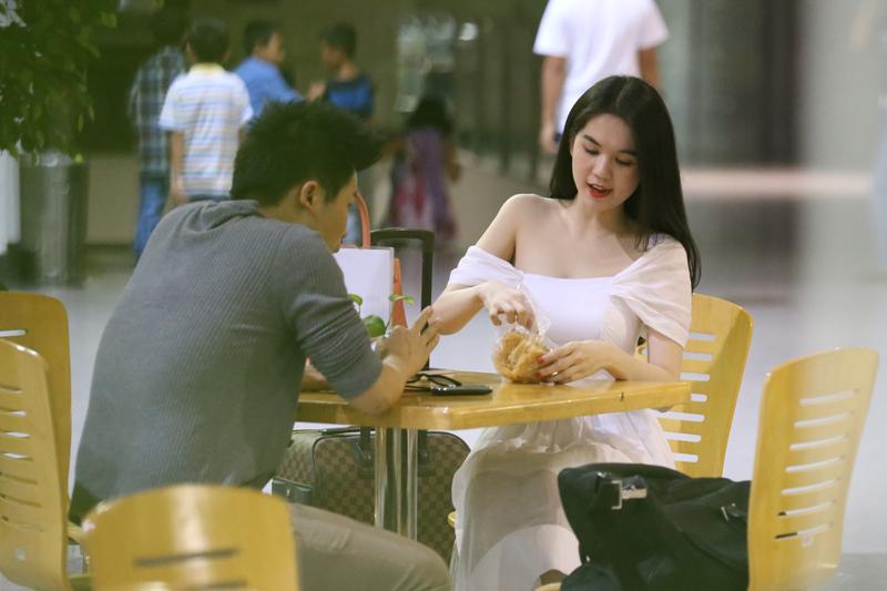 Ngọc Trinh âu yếm đút cho Vũ Khắc Tiệp ăn ở sân bay 15