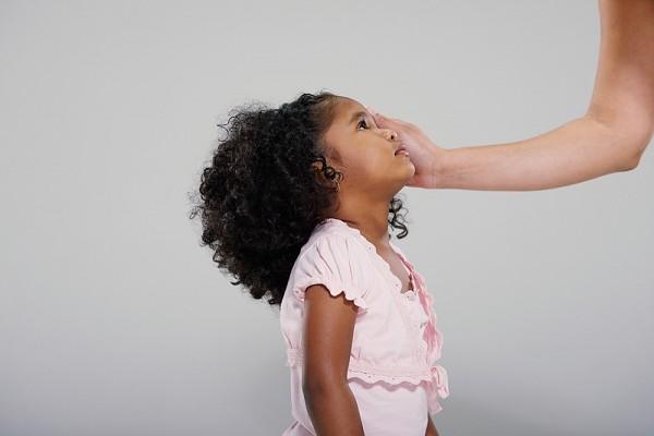9 dấu hiệu cho thấy bạn đang quan tâm con quá mức 1