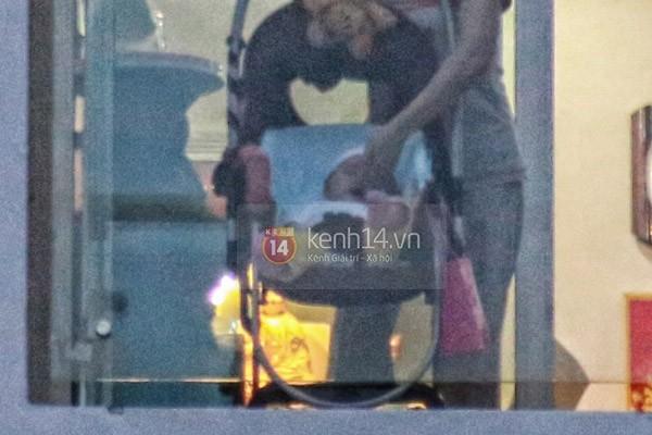 Con gái Thủy Tiên - Công Vinh bất ngờ bị chụp khi đang hóng gió ban công 2