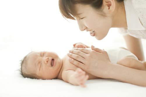 Đọc triệu chứng bắt bệnh đau bụng cho con 1