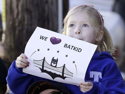 7.000 người giúp bé 5 tuổi đạt giấc mơ làm người dơi 9