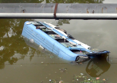 Xe khách lao xuống sông, 31 người gặp nạn 1