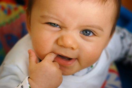 Phân biệt khi bé mọc răng hay bị bệnh 1