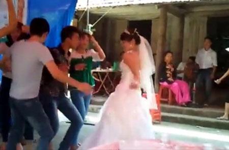 """Cô dâu """"lắc"""" nhạc sàn cực sung ở đám cưới quê 1"""