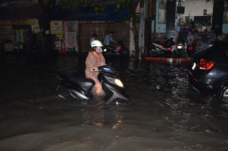TPHCM bị ngập khủng khiếp sau trận mưa và triều cường 8