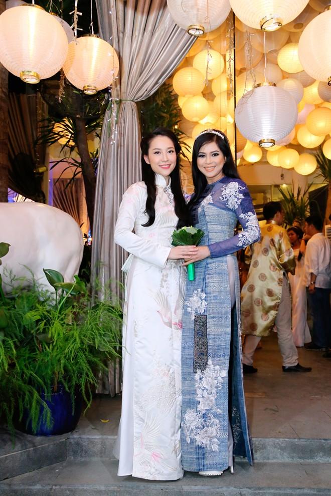 Em chồng xinh đẹp của Hà Tăng theo bố mẹ đi tiệc 12