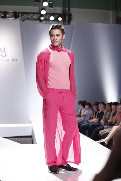 Giật mình mẫu nam Việt mặc vest không quần, diện váy hồng xuyên thấu 5