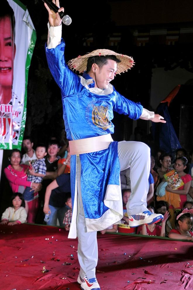 Nhật Kim Anh bất ngờ té xỉu trên sân khấu 9
